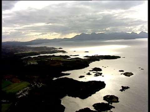 vídeos de stock, filmes e b-roll de track forward over plockton peninsula on loch carron inverness-shire - península