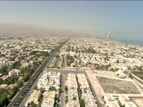 vídeos de stock e filmes b-roll de track forward over residential area towards burj al arab dubai - tennis dubai