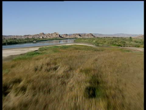 vídeos de stock, filmes e b-roll de track forward over river basin in southern arizona - drenagem