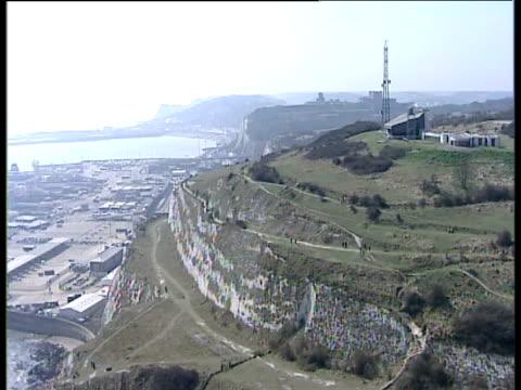 stockvideo's en b-roll-footage met track forward over white cliffs towards dover harbour - jaar 2000 stijl