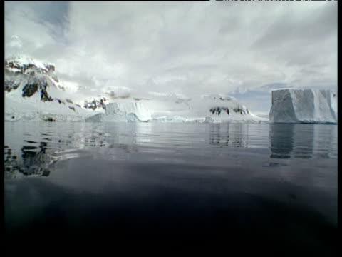 vidéos et rushes de track forward through schollaert channel towards snow covered mountains - découverte