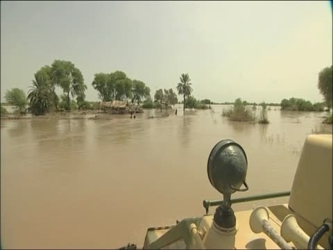 track forward through swollen river past victims of pakistan floods - 2010 video stock e b–roll