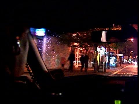 track forward through windscreen of speeding police car along street responding to emergency services call 2000 - contea di nottingham video stock e b–roll