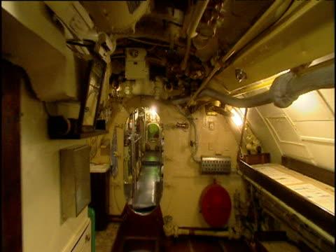 vidéos et rushes de track forwards in interior of submarine - intérieur de véhicule