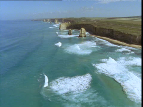 track forwards over coast and twelve apostles sea stacks, victoria, australia - port campbell national park stock videos & royalty-free footage