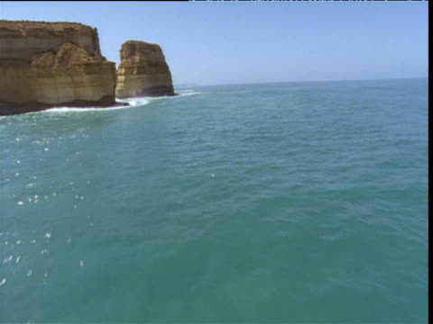 vidéos et rushes de track forwards over sea and pinnacles, twelve apostles sea stacks, victoria, australia - roche sédimentaire