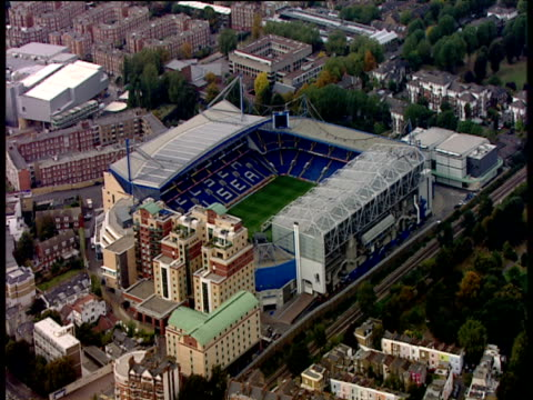 vídeos y material grabado en eventos de stock de track forwards to stamford bridge football stadium and surrounding chelsea village - rodear