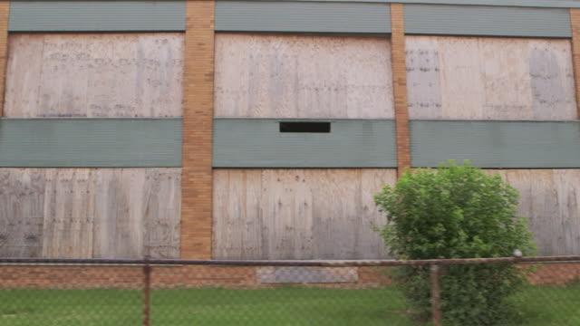vídeos de stock e filmes b-roll de ws ds track left abandoned elementary school - ausência