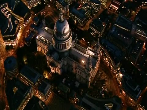 vídeos de stock, filmes e b-roll de track left around illuminated st paul's cathedral at night - anglicano