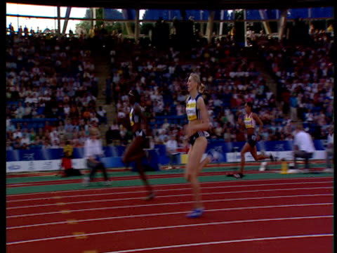 stockvideo's en b-roll-footage met track left following lee mcconnell moving sharply off the final bend to win women's 400m 2004 crystal palace athletics grand prix london - sportkampioenschap