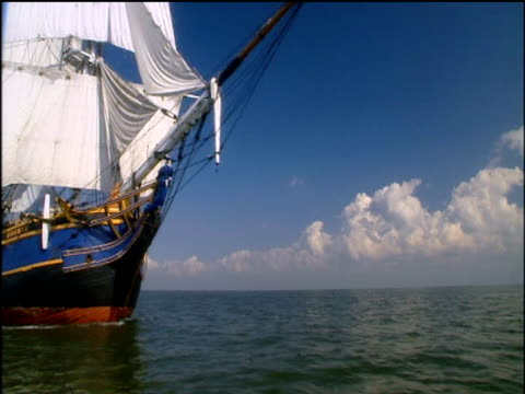 vídeos de stock, filmes e b-roll de track left from boat as replica of hms bounty sails past atlantic ocean off florida coast - arcaico