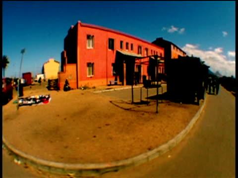 vidéos et rushes de track left from car past shanty town stalls on roadside cape town - république d'afrique du sud
