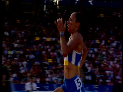 vídeos de stock, filmes e b-roll de track left on kelly holmes smiling over the last 60m screaming in delight as she crosses the line wins the women's 1500m 2004 crystal palace... - bem estar mental