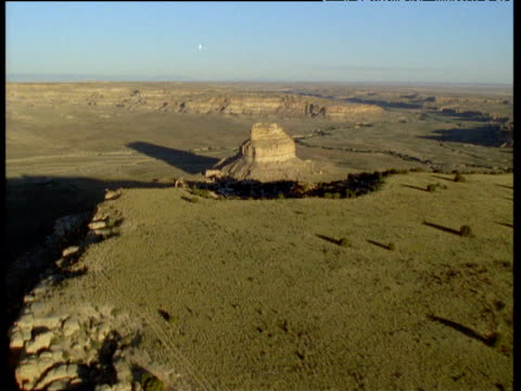 track left over edge of chaco canyon, revealing sandstone tower, new mexico - chaco canyon stock videos & royalty-free footage