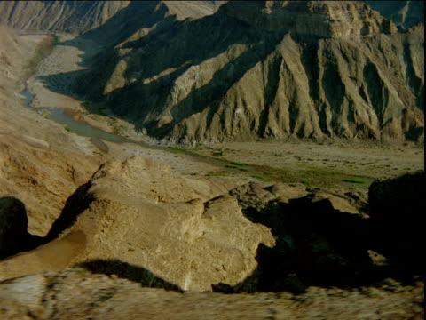 track left over mountain ridge above curving river - ムラがある点の映像素材/bロール