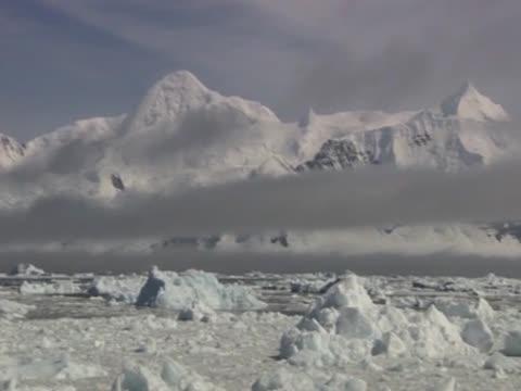 vidéos et rushes de track left over the landscape of the antarctic - pôle sud