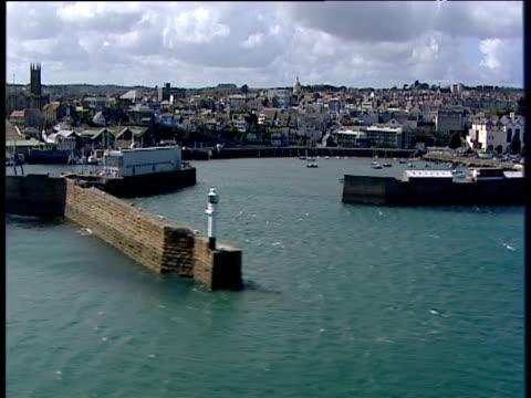 track left past harbour and outdoor pool penzance - ペンザンス点の映像素材/bロール