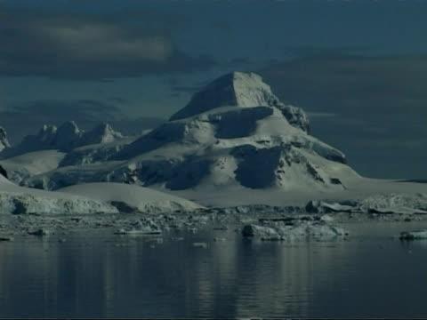 wa track left past mountainous coastline and ice floes, paradise bay area, antarctic peninsula - antarctic peninsula stock videos & royalty-free footage