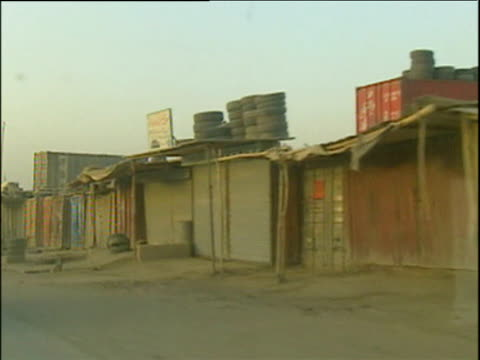 vidéos et rushes de track left past refugee shanty towns along road to kandahar war in afghanistan 2001 - guerre d'afghanistan : de 2001 à nos jours