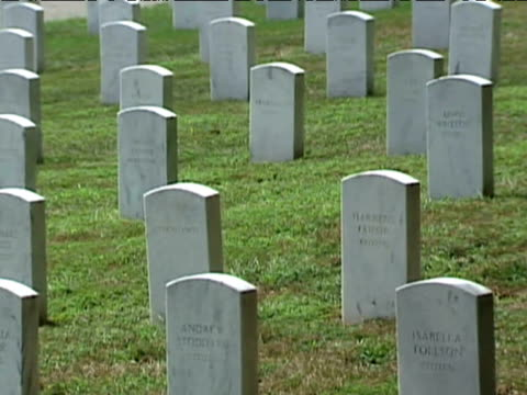 track left past rows of headstones at arlington national cemetery august 2009 - アーリントン点の映像素材/bロール