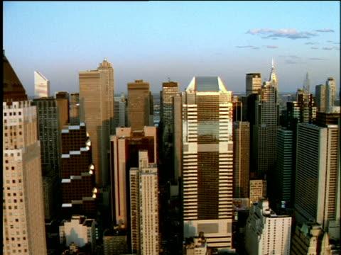 vídeos de stock e filmes b-roll de track left past skyscrapers of manhattan skyline - grande