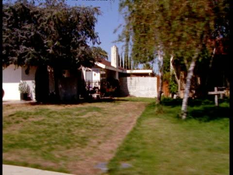 vídeos y material grabado en eventos de stock de track left past suburban homes and driveways, california - buzón postal