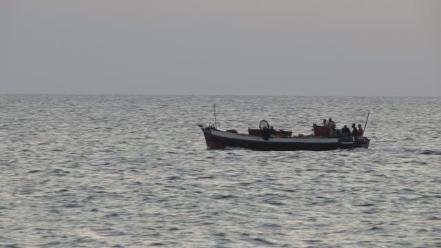 vídeos de stock, filmes e b-roll de track men on fishing boat near zanzibar - indústria da pesca