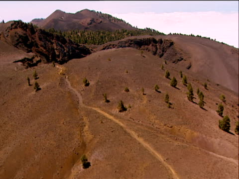track over barren hillside to vent of cumbre vieja volcano la palma - isole dell'oceano atlantico video stock e b–roll