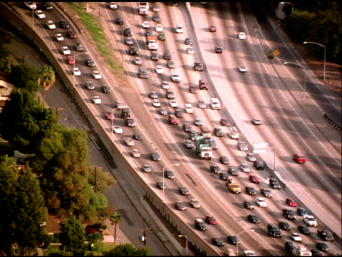 track over cars on busy freeway, downtown los angeles - veicolo di terra per uso personale video stock e b–roll