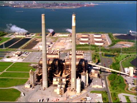 stockvideo's en b-roll-footage met track over chimneys and power plant, baltimore - verwerkingsfabriek