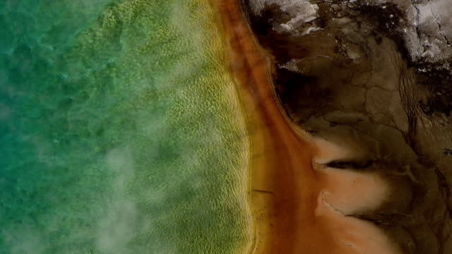 vídeos de stock e filmes b-roll de track over colourful steaming grand prismatic spring, yellowstone, usa - geografia física