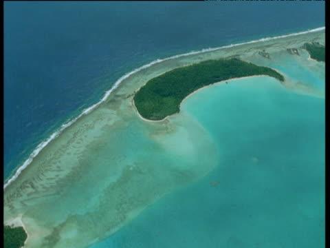 vídeos de stock, filmes e b-roll de track over crescent shaped island, aitutaki - oceano pacífico do sul