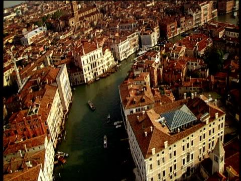 vídeos de stock e filmes b-roll de track over grand canal and houses of venice - embarcação comercial