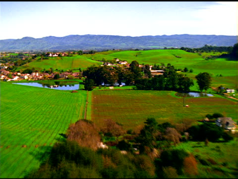 vídeos y material grabado en eventos de stock de track over green fields, lakes and farmland, napa valley, california - valle de napa