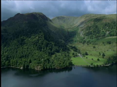 vídeos y material grabado en eventos de stock de track over hills at edge of ullswater lake district uk - distrito de los lagos de inglaterra