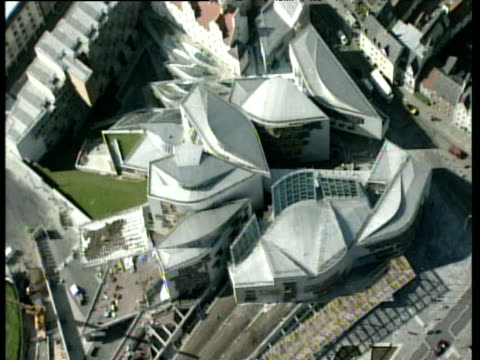 vidéos et rushes de track over holyrood enric miralles' new scottish parliament building edinburgh - bâtiment du parlement