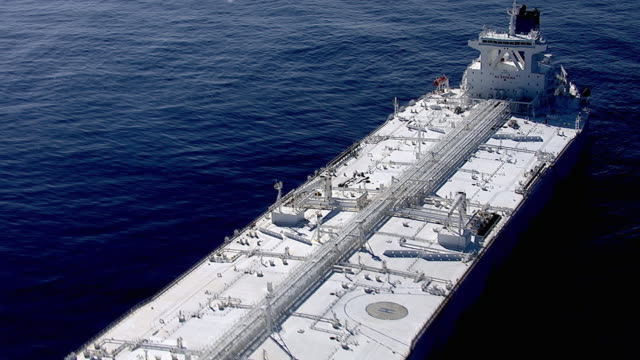vídeos y material grabado en eventos de stock de track over huge oil supertanker, pacific ocean - buque tanque