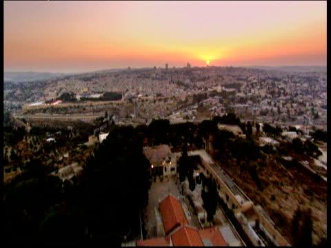 stockvideo's en b-roll-footage met track over jerusalem at sunset - ruimte exploratie