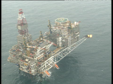 vídeos de stock, filmes e b-roll de track over large north sea oil rig with helipad - helicopter landing pads