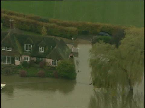 vídeos de stock e filmes b-roll de track over large riverside houses surrounded by floodwater nov 00 - rodear
