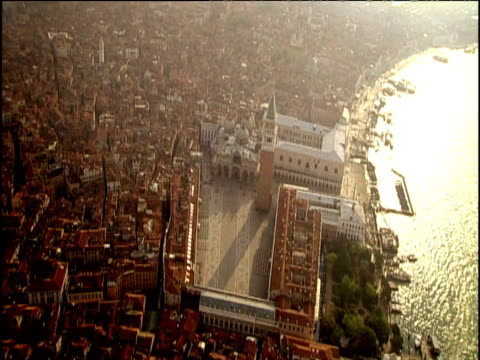 track over piazza san marco including campanile and basilica venice - piazza video stock e b–roll