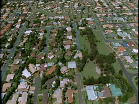 stockvideo's en b-roll-footage met track over residential area, queensland - jaar 2000 stijl