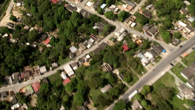 track over residential areas of manaus towards river brazil available in hd. - rio delle amazzoni video stock e b–roll