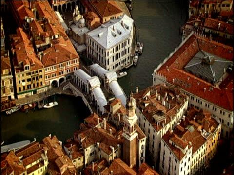 vídeos y material grabado en eventos de stock de track over rialto bridge canal and surrounding buildings venice - puente de rialto