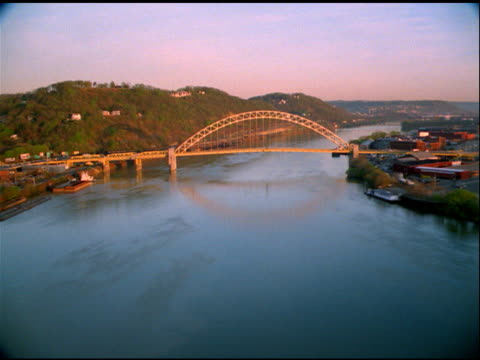 vídeos y material grabado en eventos de stock de track over river and bridge, pittsburgh - río ohio