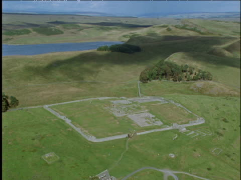 track over roman fort alongside hadrian's wall northumberland uk - lunghezza video stock e b–roll