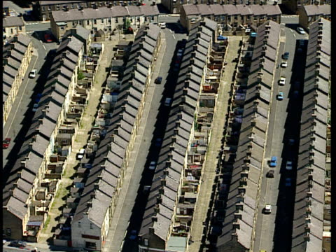 track over rows of terraced housing skipton - スキップトン点の映像素材/bロール