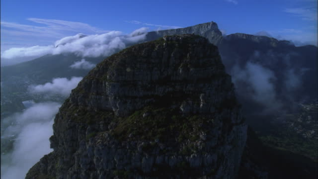 track over summit of lion's head turning towards city and ocean, cape town available in hd. - sydafrika bildbanksvideor och videomaterial från bakom kulisserna