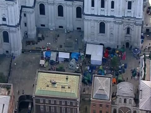 vídeos de stock, filmes e b-roll de track over tents camping outside st paul's cathedral during an anticapitalism protest - anglicano