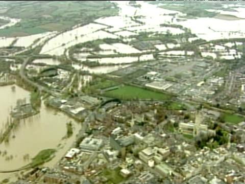 vídeos de stock e filmes b-roll de track over town and surrounding floodwaters nov 00 - rodear